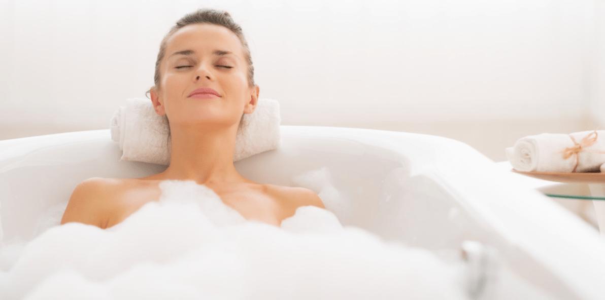 Принимает душ женщина в положении